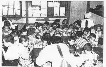 T小 東京大空襲・戦災孤児収容所で昼食をとる子どもたち.jpeg